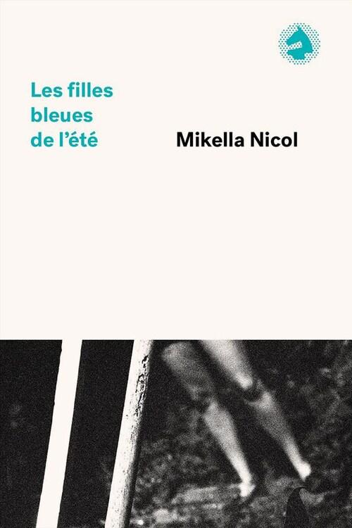 Page couverture du livre Les filles bleues de l'été. Sur une photo en noir et blanc, on peut voit les jambes d'une femme en short. Elle semble se tenir debout dans un bois