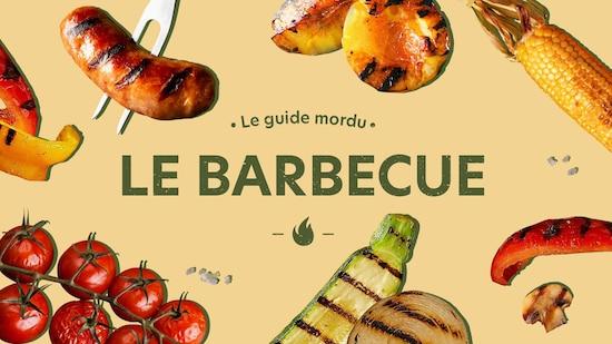 Logo du guide mordu sur le barbecue, sur une photo de grille avec du feu.