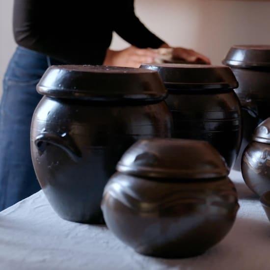 Plusieurs vases en terre cuite coréens.