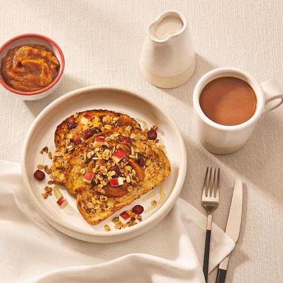 Deux tranches de pain doré sur une table avec un café.