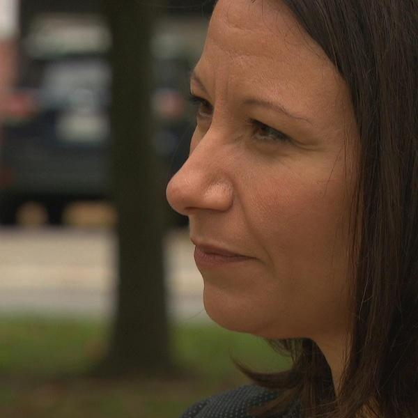 Mme Delisle, de profil, répond à des questions dans un parc de quartier, à Gatineau.