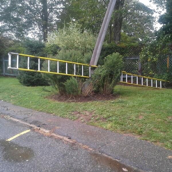 Un travailleur a fait une chute de 7 m après que ce poteau s'est cassé sous les plantes.