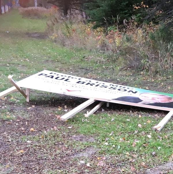 Une pancarte électorale du candidat à la préfecture de la MRC de Manicouagan a été vandalisée.