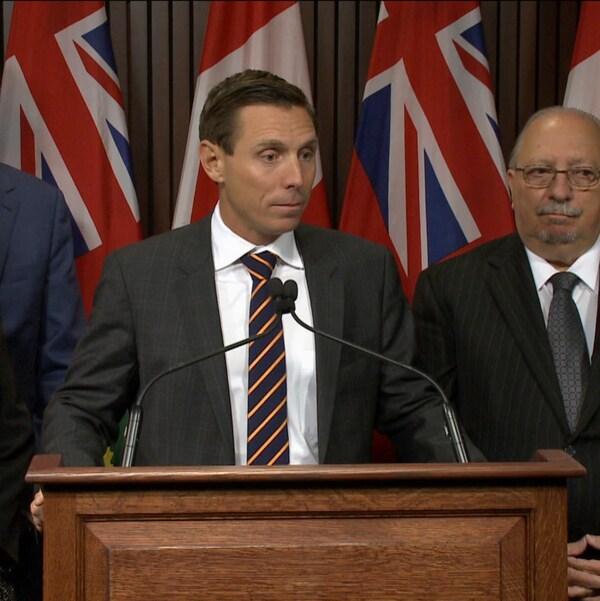 Le chef du parti progressiste-conservateur de l'Ontario Patrick Brown en conférence de presse à Queen's Park