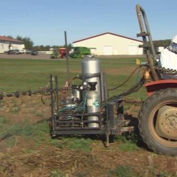 Deux chercheurs de l'Île-du-Prince-Édouard tentent de mettre au point un pulvérisateur muni d'une caméra et de capteurs qui cible seulement les mauvaises herbes.
