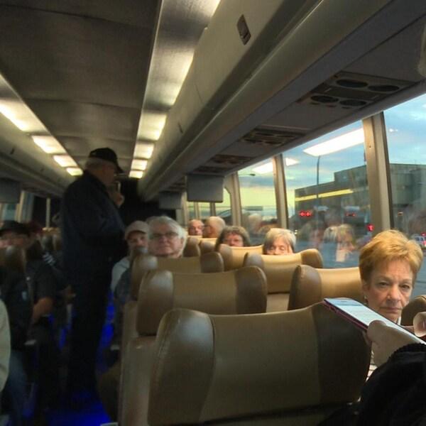 Une quarantaines de retraités assis dans un autobus nolisé