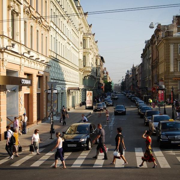 Des piétons traversent la rue dans une ville russe.