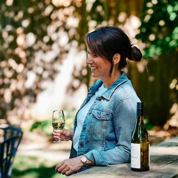 Geneviève O'Gleman déguste un verre de vin du Domaine du Ridge.