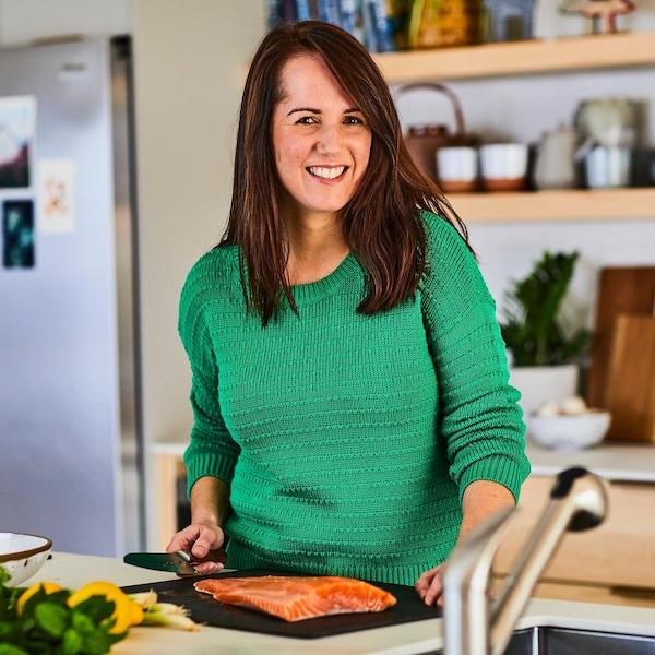 Geneviève O'Gleman prépare une recette à base de saumon.
