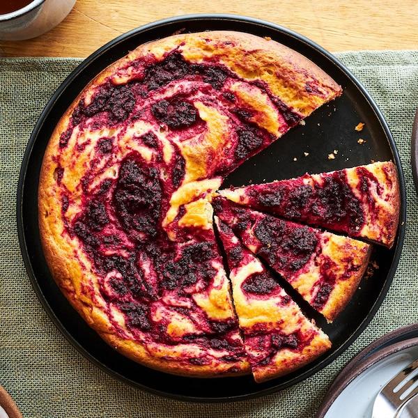 Un gâteau aux framboises et aux betteraves vu de haut.
