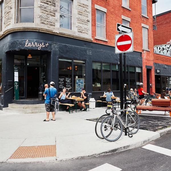 La terrasse et la devanture du Larrys, rue Saint-Laurent, à Montréal.