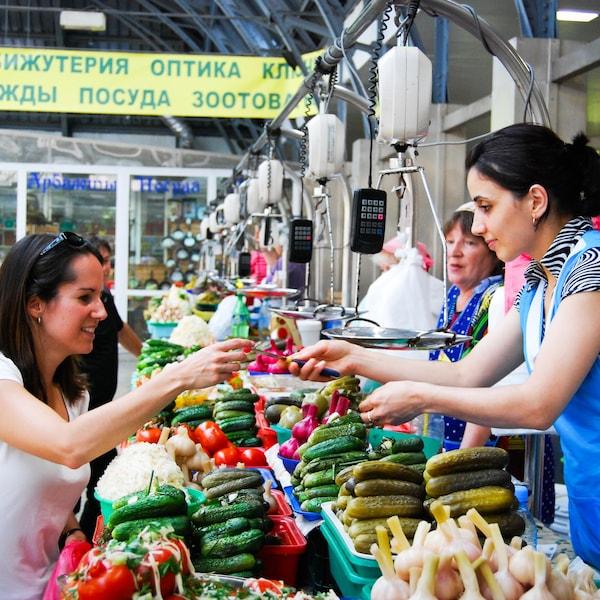 Geneviève O'Gleman qui achète des produits locaux dans un marché de Saint-Pétersbourg.