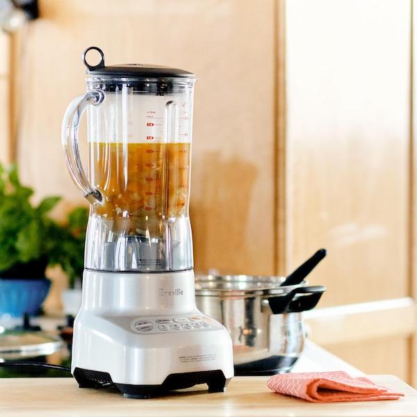 Bouillon avec morceaux de légumes cuits dans un mélangeur.