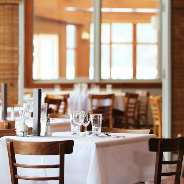 Salle à manger d'un restaurant vide.