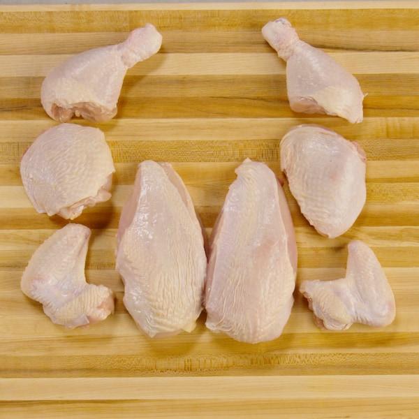 Des morceaux de poulet crus ont été coupés en huit morceaux.