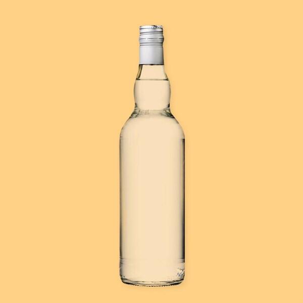 Une bouteille d'alcool clair (de gin).
