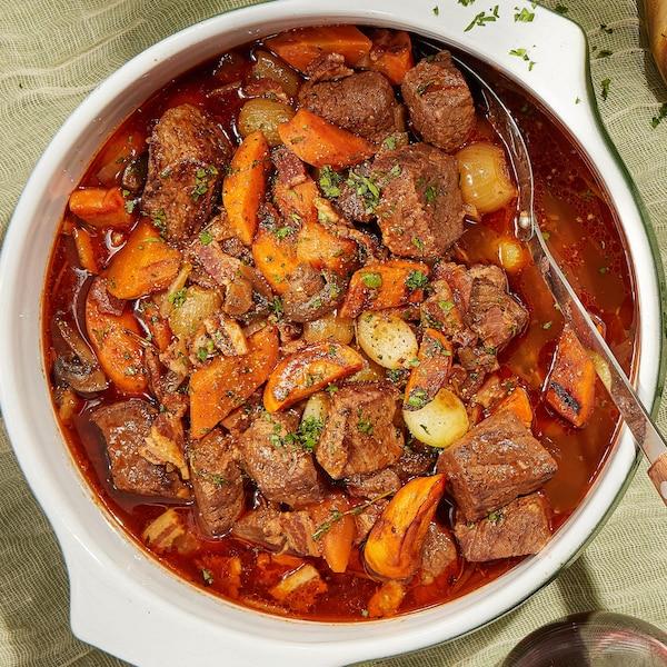 Des plats de bœuf bourguignon prêts à être dégustés.