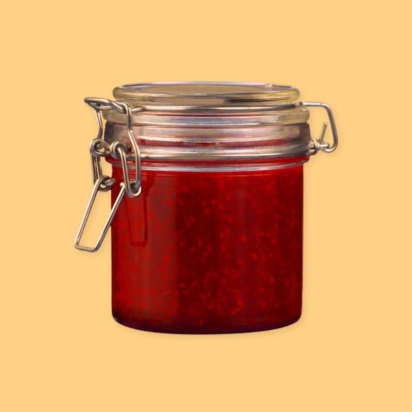 Un pot de confiture rouge.