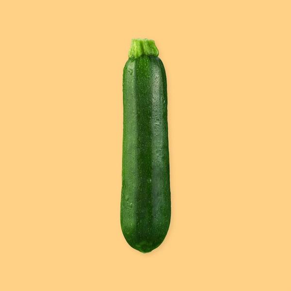 Une courgette verte entière.