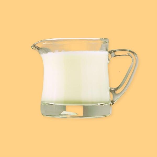 Une tasse avec de la crème.