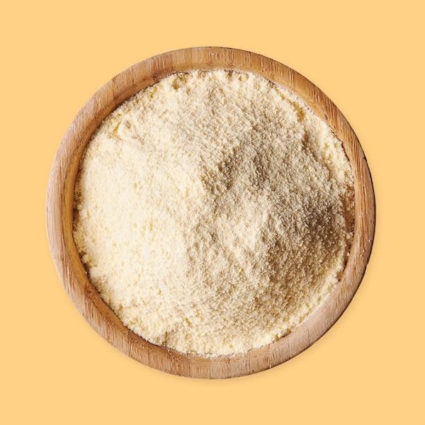 Un bol rempli de farine de maïs.