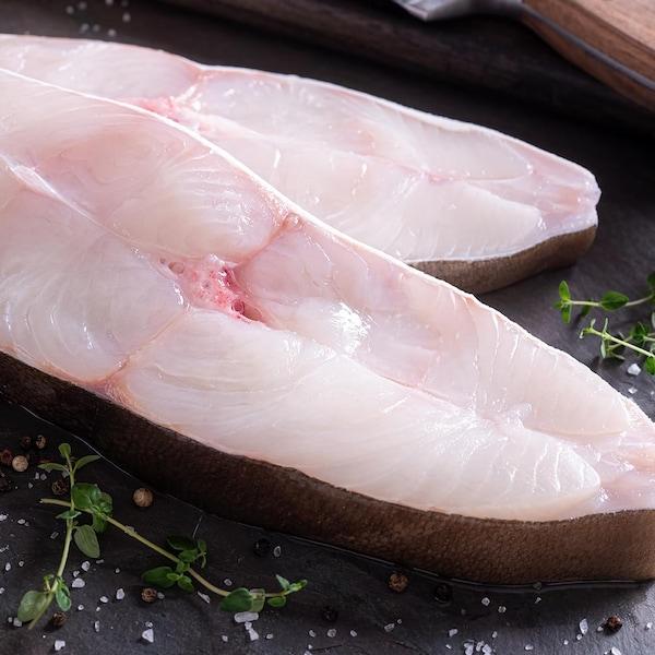Deux darnes fraîches de poisson blanc à chair ferme.