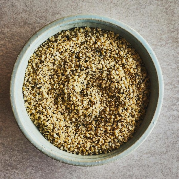Un bol rempli de graines de chanvre.