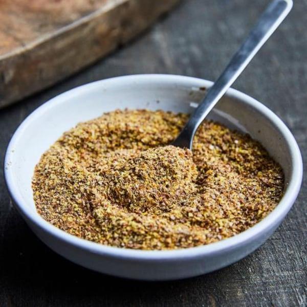 Des graines de lin dans un bol avec une cuillère.