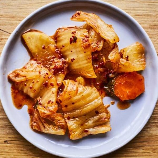 Du kimchi disposé dans une assiette.