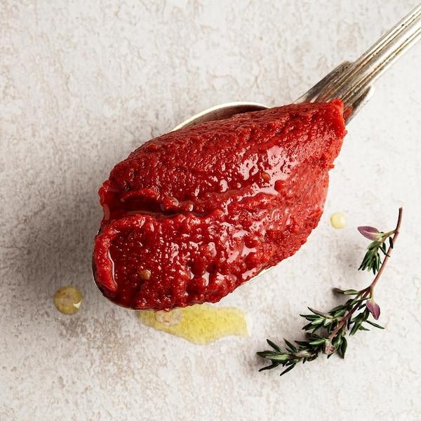 Une cuillerée de sauce tomate et une branche de thym frais.