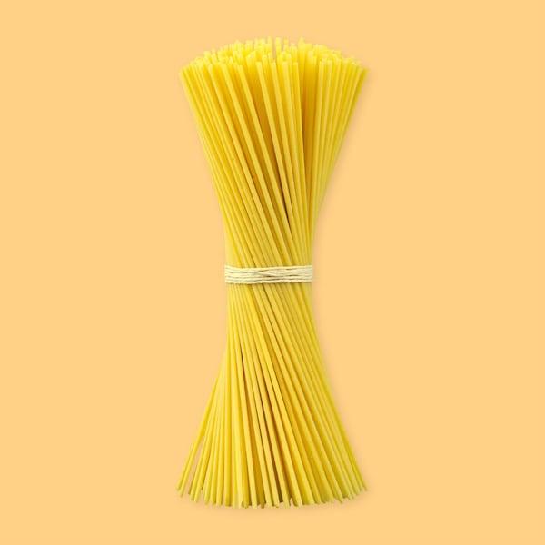 Des spaghettis serrés par un élastique.