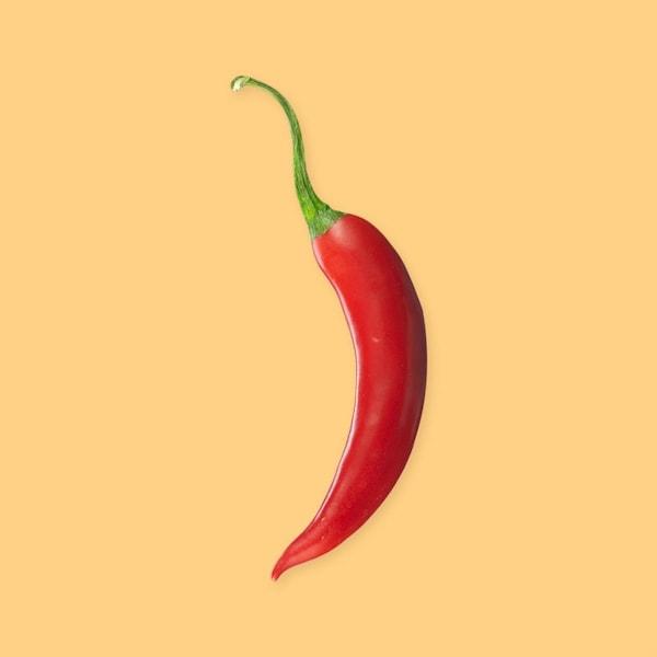 Un piment fort rouge entier.