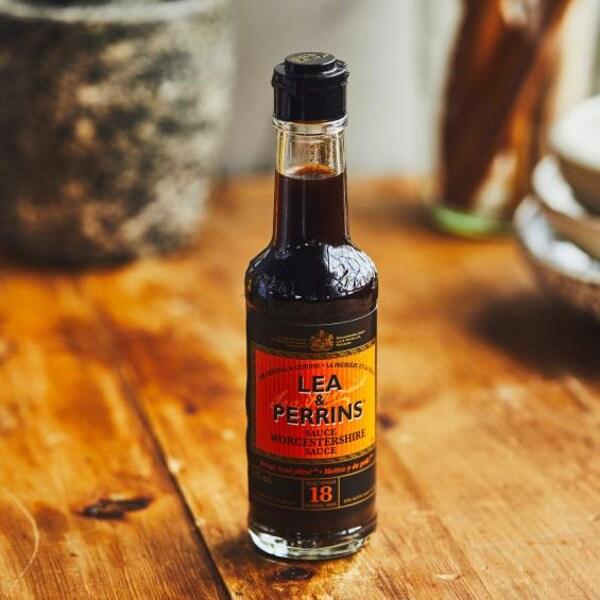 Une petite bouteille de sauce Worcestershire.