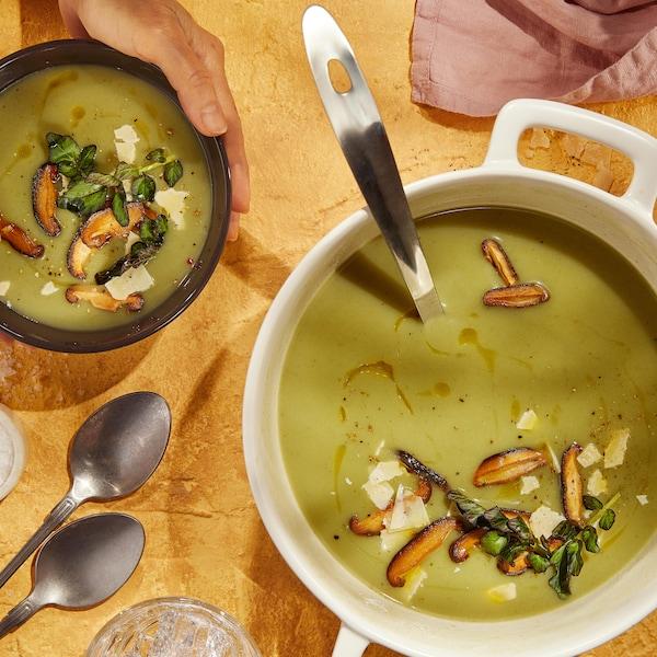Deux bols de soupe aux épinards et le bol de service bien remplis.