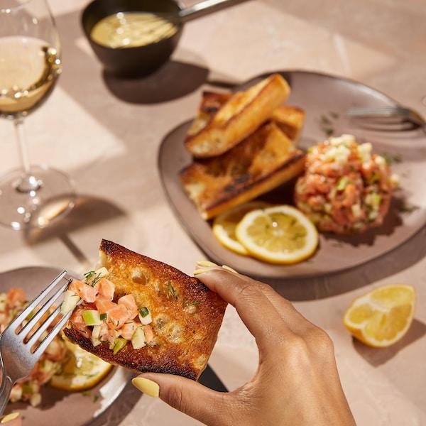 Du tartare de saumon sur un pain grillé.