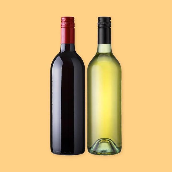 Une bouteille de vin rouge et une bouteille de vin blanc sur un fond jaune.