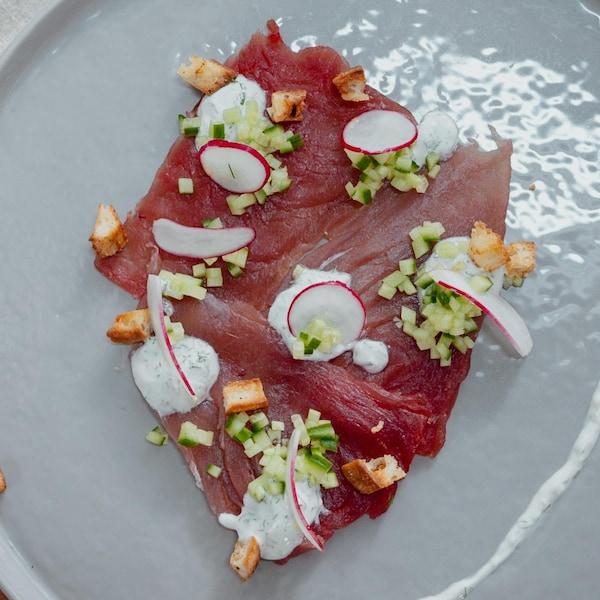 Des tranches de thon rouge, radio, sauce blanche, croûtons.