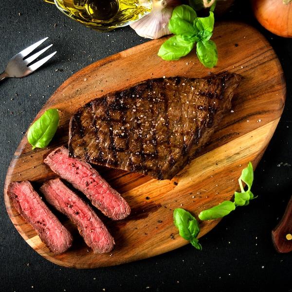 Une bavette de bœuf sur une planche à découper.