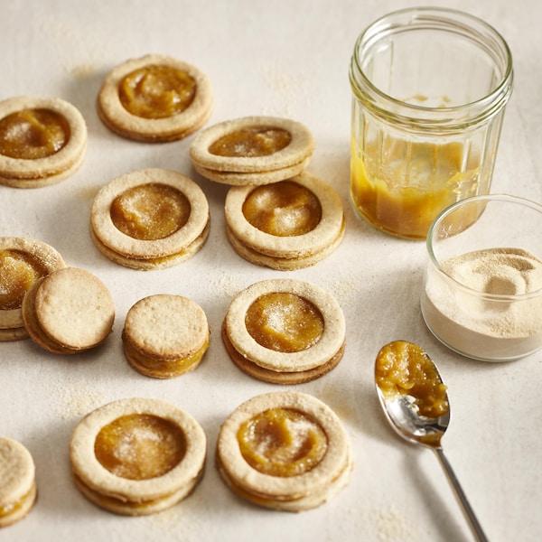 Des biscuits à la confiture de pêche et d'érable sur une table.