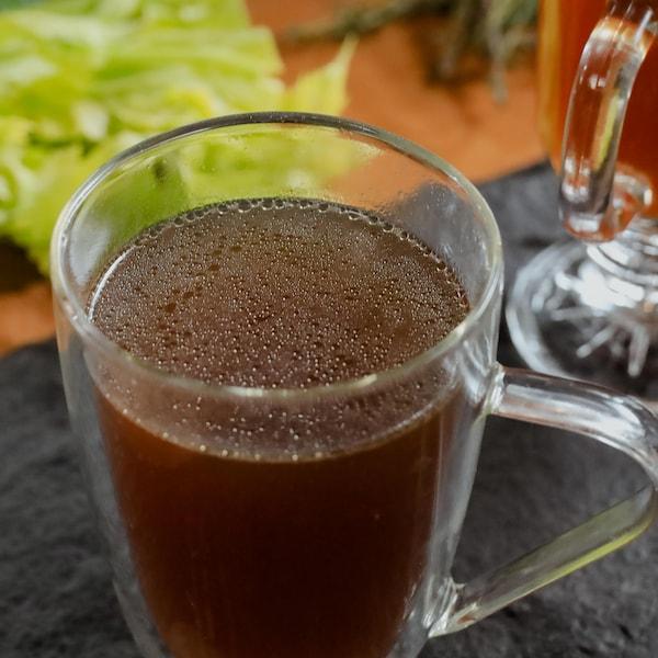 Du bouillon de poulet fait maison, servi dans une tasse en vert.