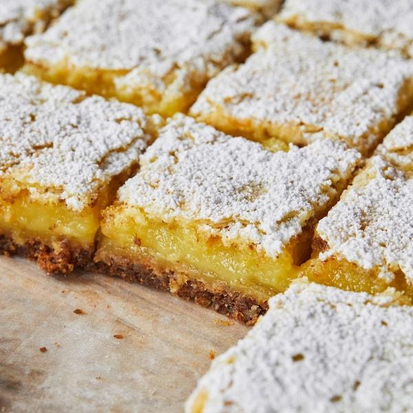 Des carrés au citron recouverts de sucre en poudre