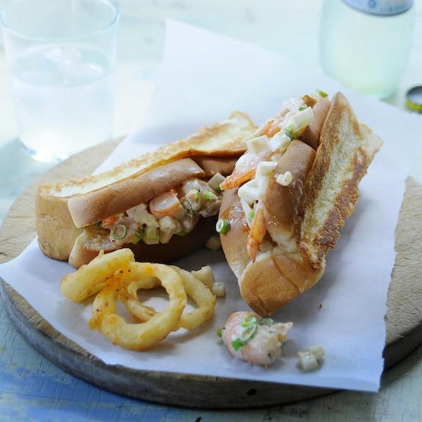 Deux guedilles de cigale de mer avec quelques rondelles d'oignons frites.