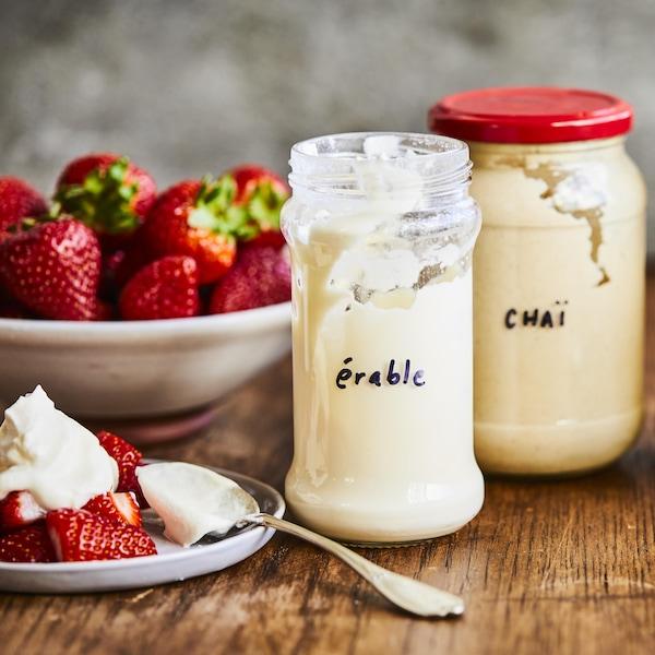 Quatre pots en verre contenant de la crème fouettée à l'érable, chaï, au basilic et au moka.