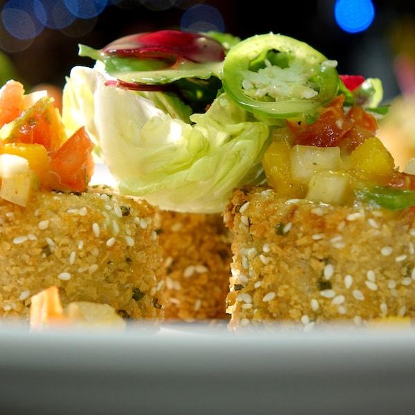 Des croquettes de brochet recouvertes de salsa à la citrouille et de légumes.