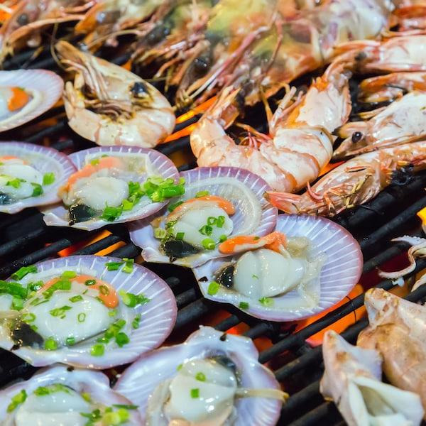 Plusieurs fruits de mer sur le gril.