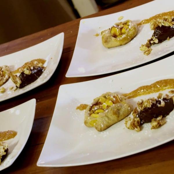 Quatre assiettes de ganache au saindoux et au chocolat.