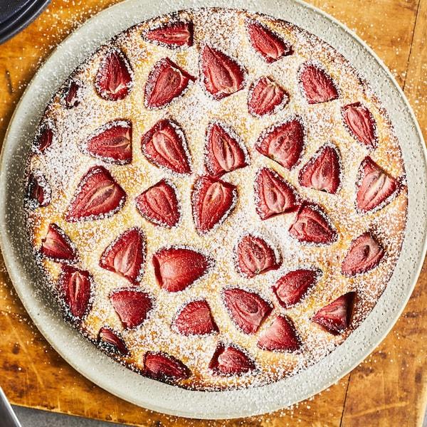 Un gâteau aux fraises dans une assiette.