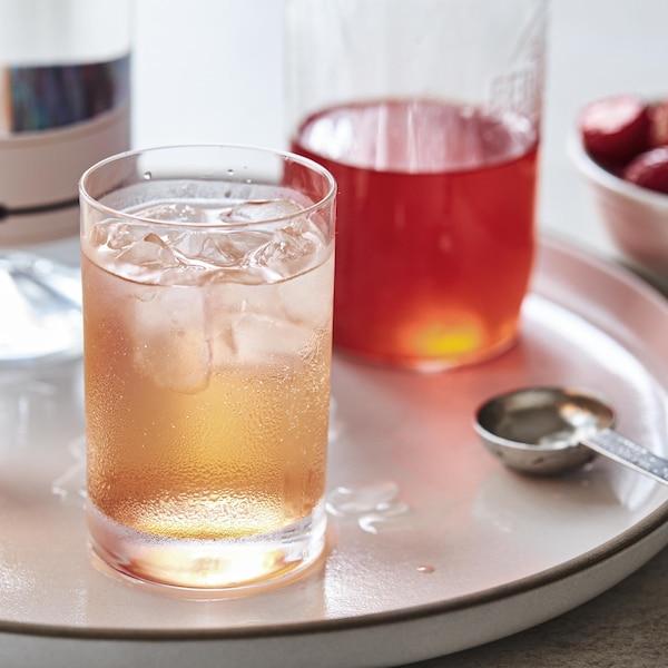 Deux verres de gin tonic shrub dans un plateau blanc.