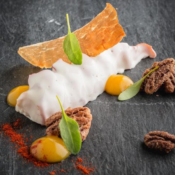 Une recette de queues de homard garni de jambon séché, pacanes au sel et de gelée d'abricots.
