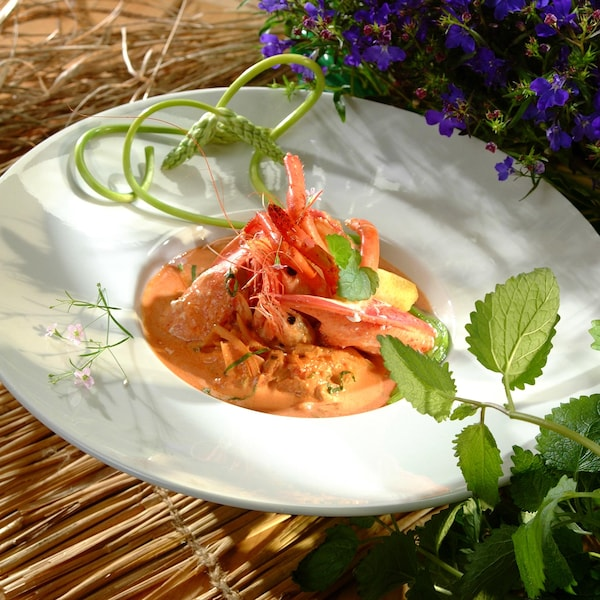 Une assiette de homard avec sauce.